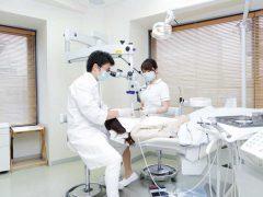 ホワイトニング治療を行っている男性歯科医師